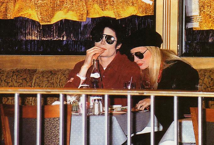 Immagini Michael Jackson che mangia e beve. - Pagina 3 Histor10