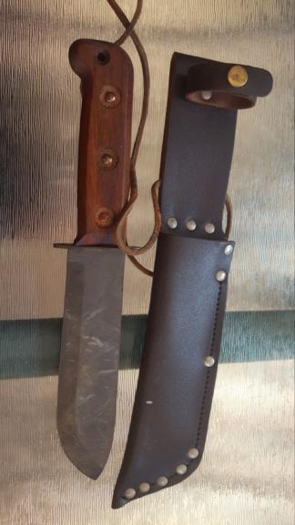 Couteau de survie aussi moche qu'efficace  Coutea10