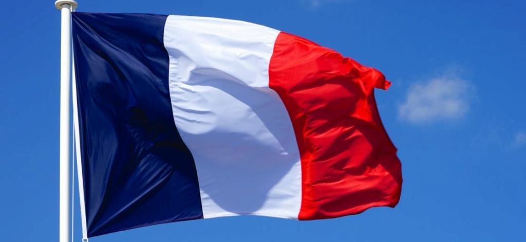 Qui accroche un drapeau français à sa fenêtre pour le 14 juillet ? Drapea10