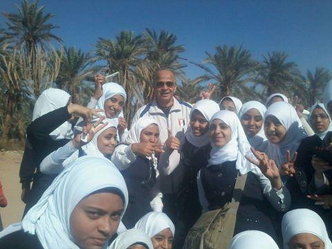 بنات نجيب محفوظ ث بنات والسيد محافظ الوادي الجديد في مهرجان المشي لتشجيع السياحه 121