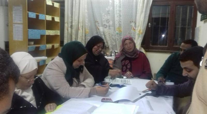 بالصور : السيده الفاضله مديره اداره المدرسه مع  أعضاء الكنترول بمدرسه نجيب محفوظ  340