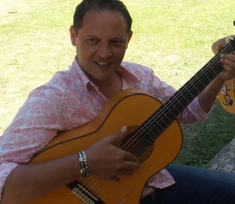 Choisir sa premiére guitare Flamenca - Page 3 Dani4010