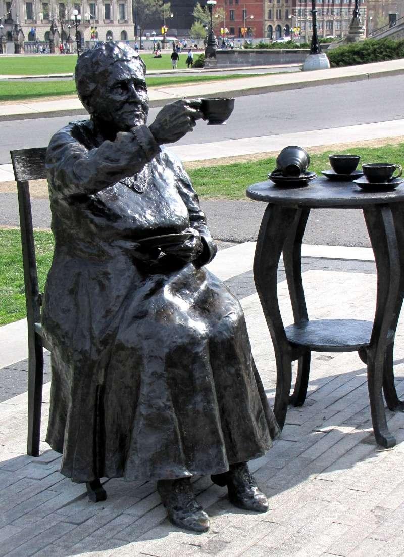 Des statues amusantes ! - Page 21 H_edwa10