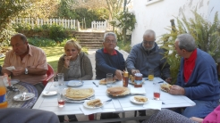 CPM - Quand la convivialité et l'amitié se concrétisent autour d'une table... Dscn4927