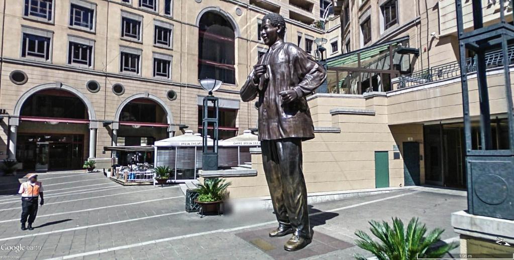 Première statue officielle de Nelson Mandela à Sandton en Afrique du Sud.  Nelson10