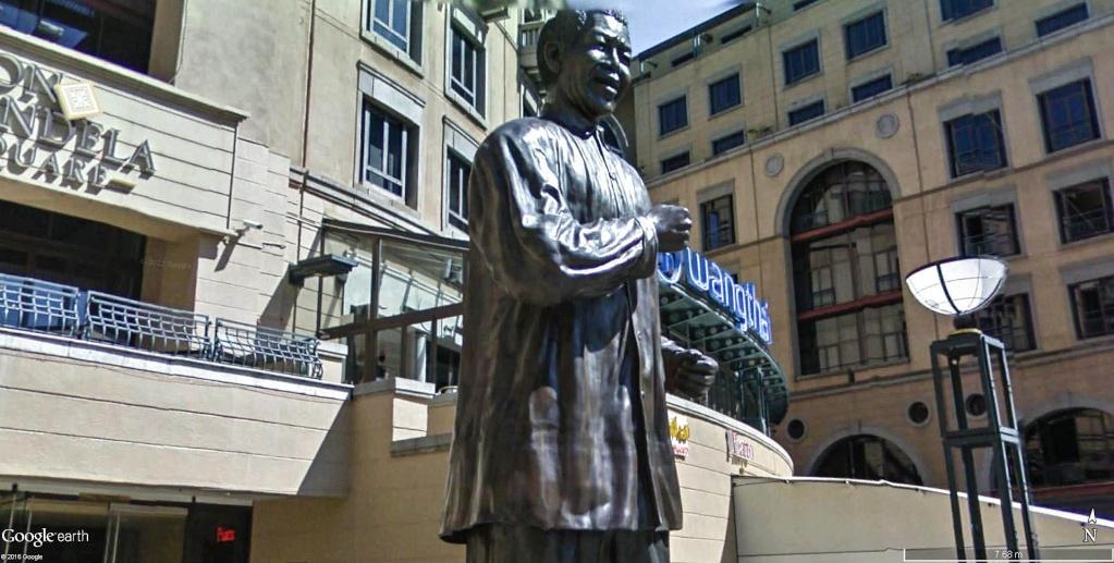 Première statue officielle de Nelson Mandela à Sandton en Afrique du Sud.  Nelson12