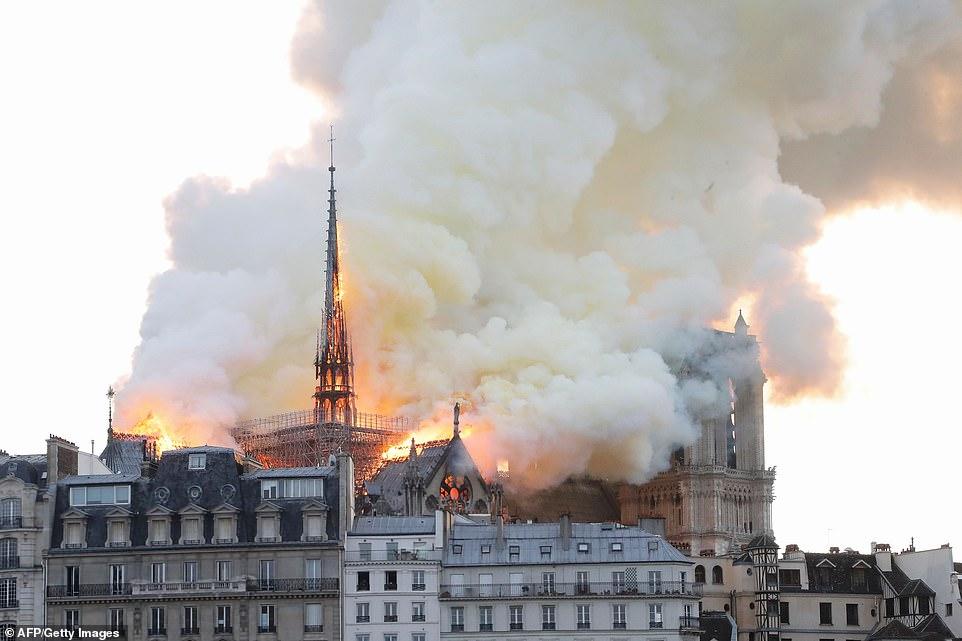 NOTRE DAME DE PARIS BRULE 12308011