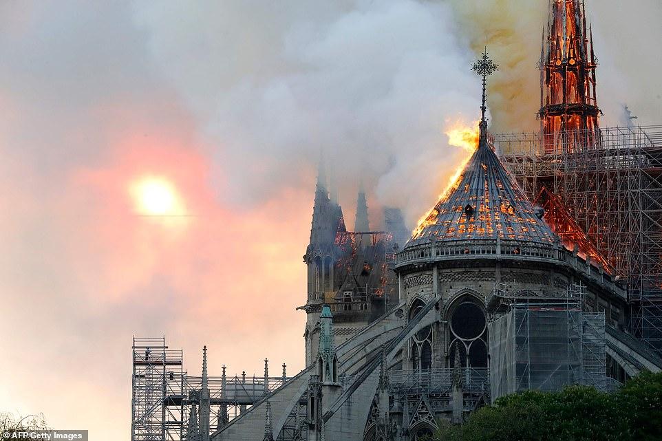 NOTRE DAME DE PARIS BRULE 12308411
