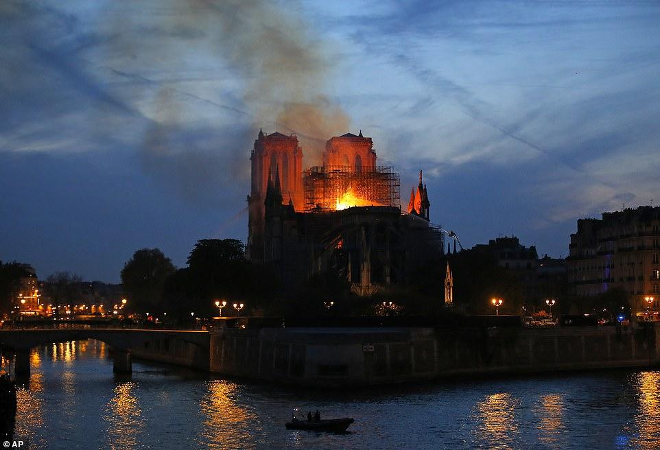 NOTRE DAME DE PARIS BRULE 12320010
