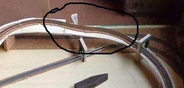 Opa und Enkel bauen eine Bahn 1111110