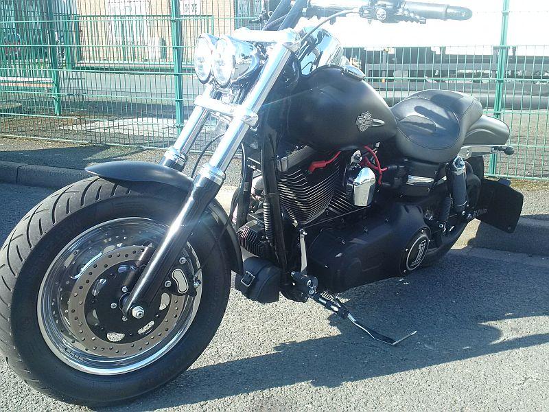 Harley Davidson Fat Bob - auf dem Parkplatz schnappgeschossen 11.09.19 2127