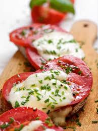 Petit pain garni de tomate et mozzarella  Images12