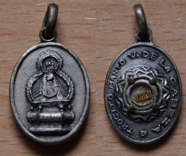 Medalla Virgen de la Cabeza con Trocito de manto Virgen11