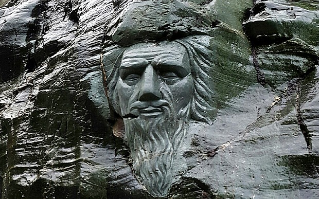 Le visage de Merlin sculpté à Tintagel Tintag10