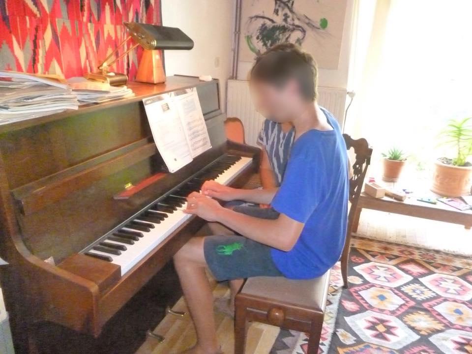 Timothée au piano