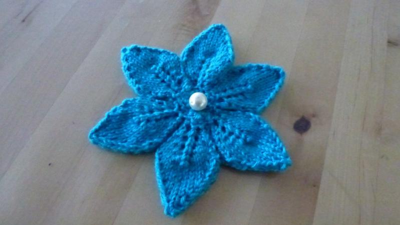 Une broche fleur au tricot P1040811