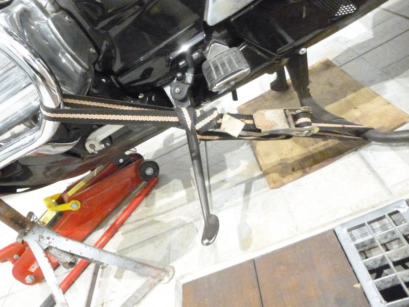 Assurer la béquille centrale lors du démontage de la roue avant P1010219