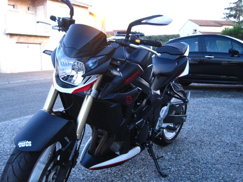 Cherche photo gsr 750 noire avec jantes blanches - Page 2 Image24