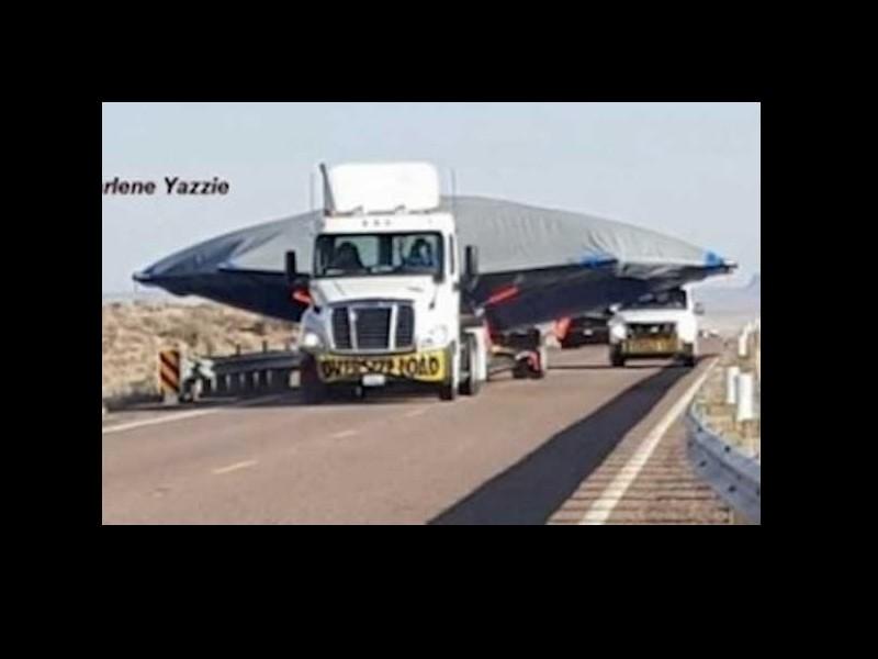 Un ovni sur une remorque suivi d'une colonne de camions noirs, vus en Arizona, 6 Mars 2016 Sans_257