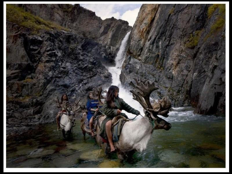 Un photographe a pris d'incroyables clichés d'une tribu mongole au mode de vie unique  Sans_270