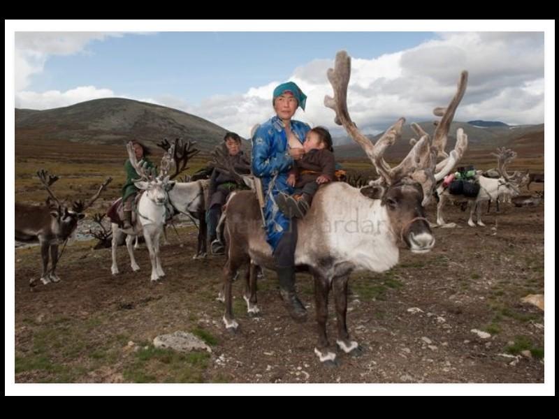 Un photographe a pris d'incroyables clichés d'une tribu mongole au mode de vie unique  Sans_277