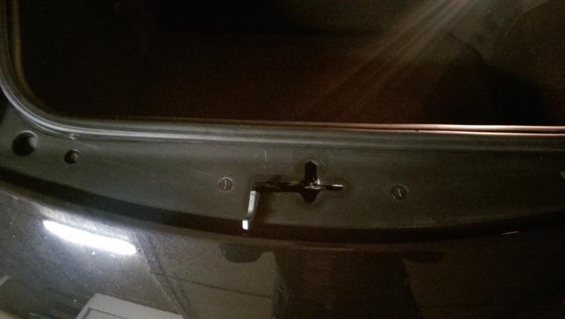 Tirette rouge du coffre avant Imag0213