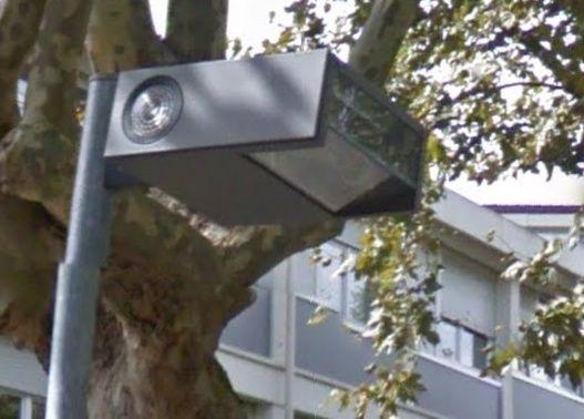 Mais à quoi peuvent bien servir ces feux clignotants sur les lanternes ? Lampad11