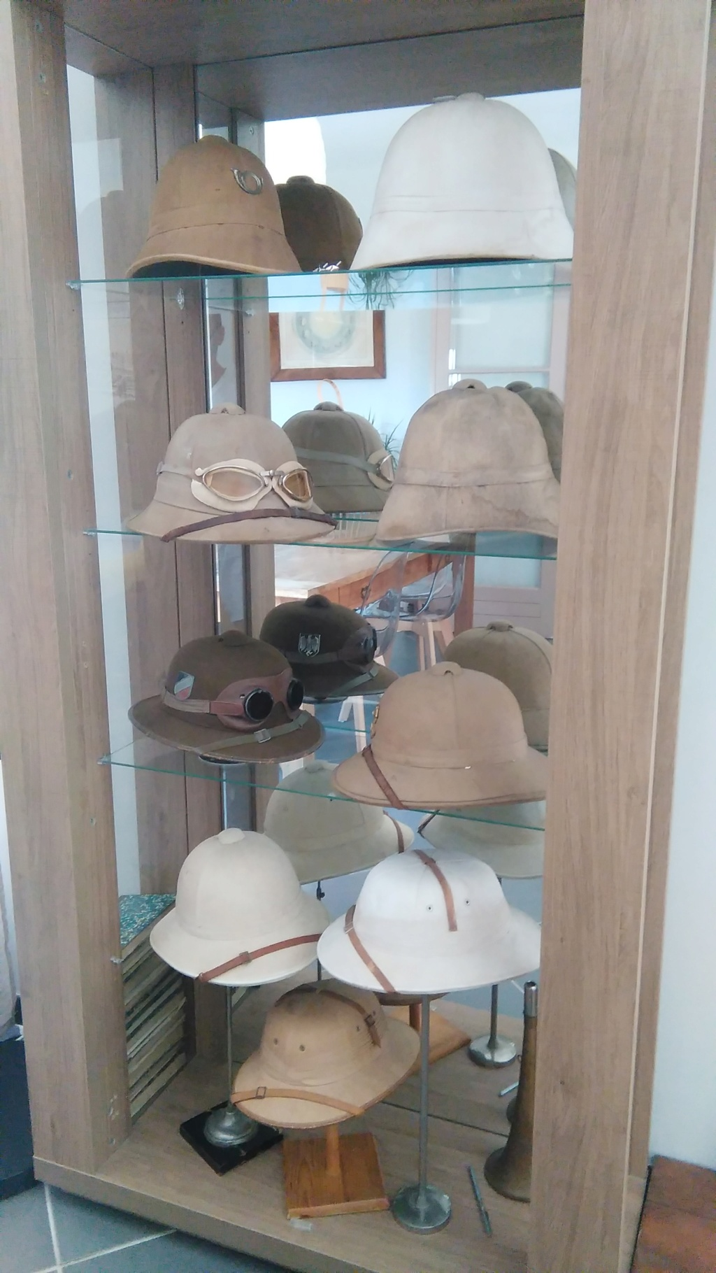 Pour qui aime les casques coloniaux. Petite histoire Img_2106