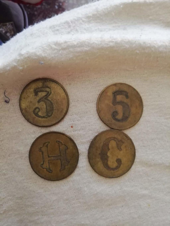 Ayuda para identificar estas piezas metálicas Qhia8010