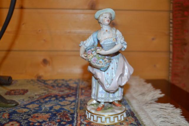 Paire de statuettes figurant les Muses Thalie Masque ? E/A Muller Allemagne? Vers 1900 ?  Dsc_2441