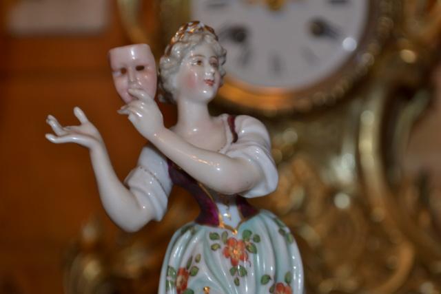 Paire de statuettes figurant les Muses Thalie Masque ? E/A Muller Allemagne? Vers 1900 ?  Dsc_2611