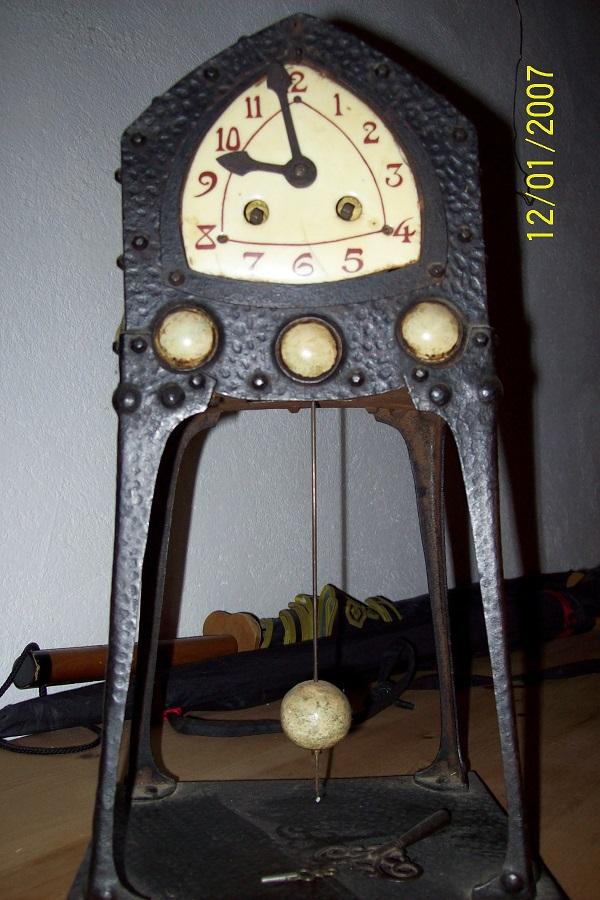 Pendule avec un petit coté Art Nouveau Pendul10