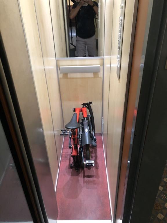 Un Brompton dans un ascenseur atypique 086cc810