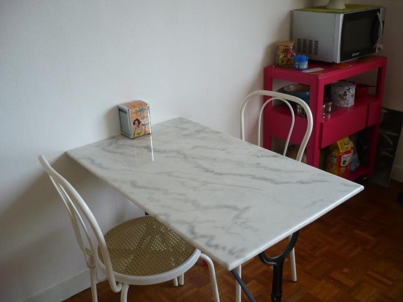 [AV] Table cuisine et ses 2 chaises blanches TBE P1010110