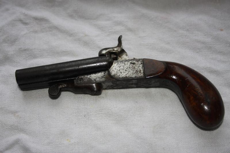 un pistolet 9mm double en table 09122011