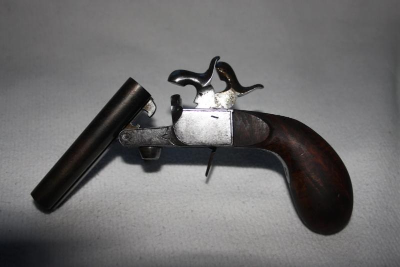 un pistolet 9mm double en table 09122012