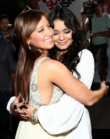 Official Vanessa & Ashley Gallery - Page 4 Premie10