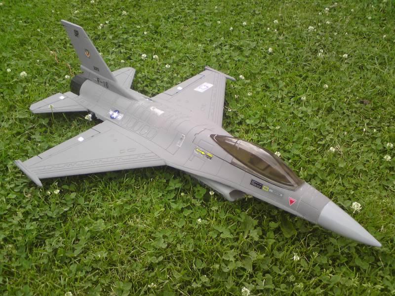 Le SU 27 sukkoi et le F16 F16-110