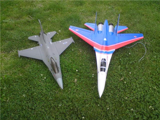 Le SU 27 sukkoi et le F16 Getatt10