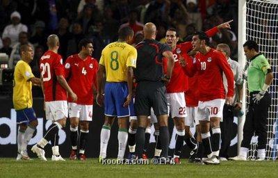 صورة لـ اعتراض لاعبين مصر في مباراة البرازيل - صفحة 2 Epa_so11