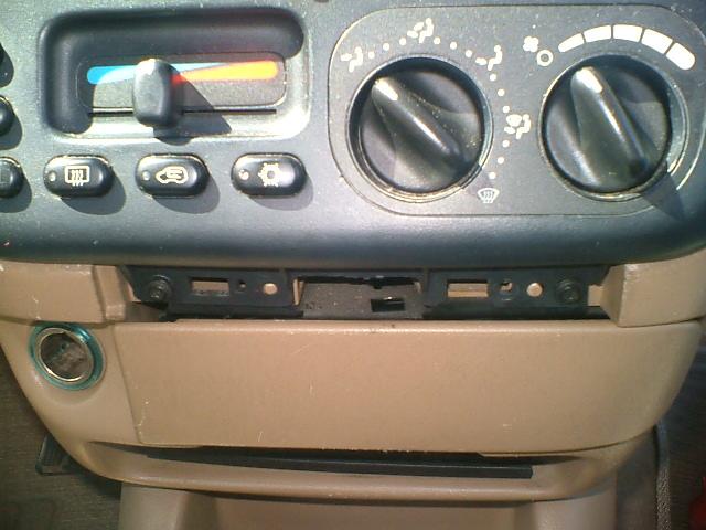 Comment brancher un autoradio sur Chrysler Voyager S2? Dscf0317