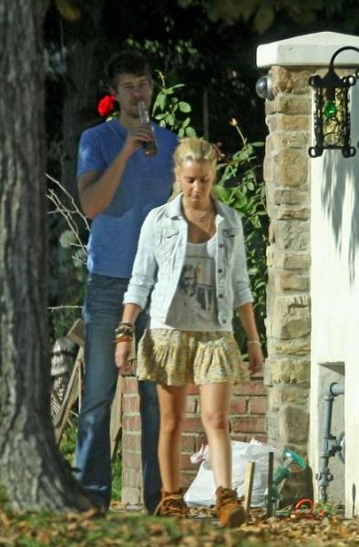 Kako vam se dopadaju Ashleyine odevne kombinacije? Normal73