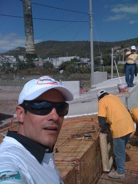 Alejandro y fundacion televisa ayudando a construir casas Untitl10