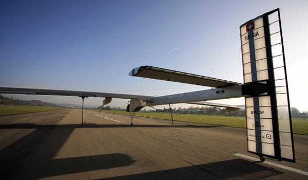 Captain Piccard's Solar Impulse starts runway testing 24nov010