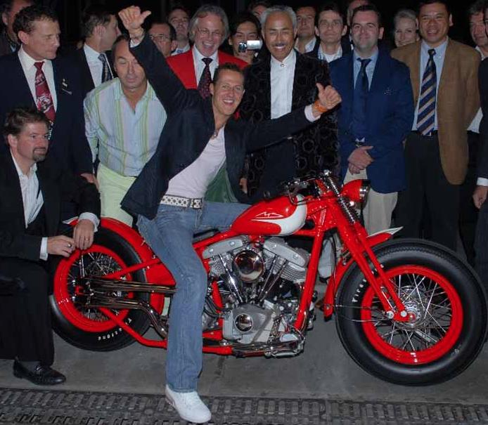 Ils ont posé avec une Harley, uniquement les People Capt3232