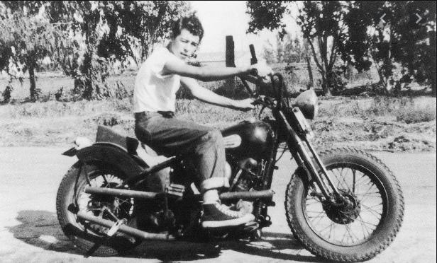 Ils ont posé avec une Harley, uniquement les People - Page 18 Capt5594