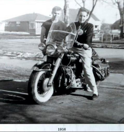 Ils ont posé avec une Harley, uniquement les People - Page 18 Capt5595