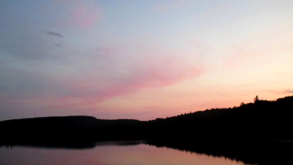 Lac sauvage caché dans une forêt publique Lac_ro12