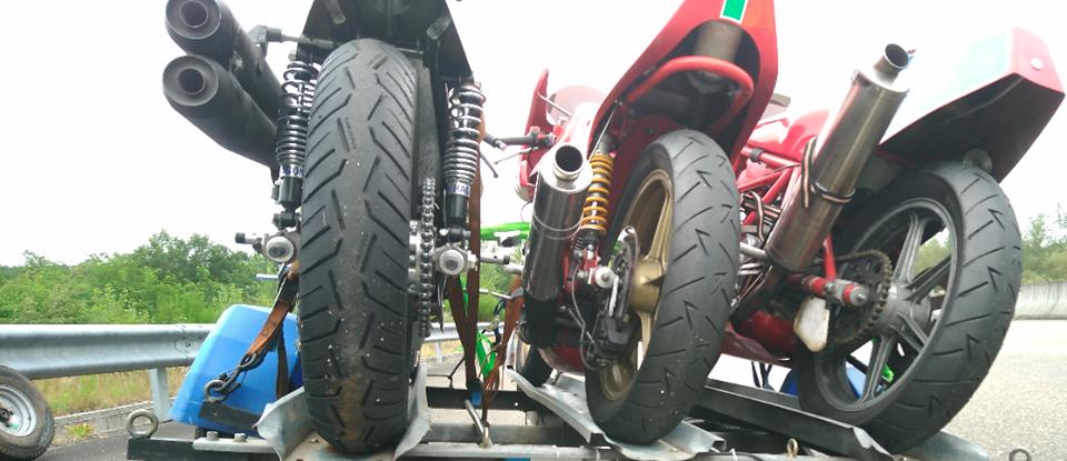 La remorque moto se fait la malle sur l'autoroute 67624710