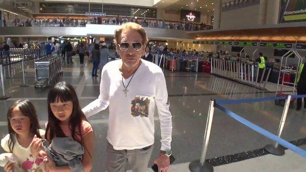 johnny et laetitia et les enfants à l'aéroport Cib63s10